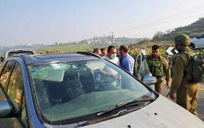 سيارة تعرضت للرشق بالحجارة في هجوم مشتبه به بالقرب من مستوطنة نيفي تسوف في الضفة الغربية، 3 يناير 2021 (Binyamin Regional Council)