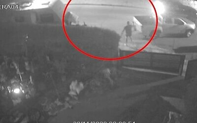 لقطات كاميرات مراقبة تظهر لحظة قيام أرييه شيف بإطلاق النار على سارق مشتبه به في عراد، 29 نوفمبر 2020 (Screenshot: Walla)