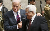 نائب الرئيس الأمريكي آنذاك جو بايدن، يسار، ورئيس السلطة الفلسطينية محمود عباس قبل اجتماعهما في مدينة رام الله بالضفة الغربية، 10 مارس 2010 (AP Photo/ Tara Todras-Whitehill)