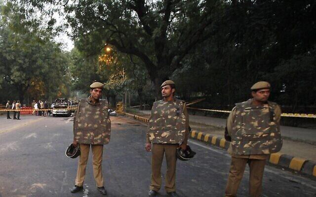 توضيحية: عناصر في الشرطة الهندية تقف قرب السفارة الإسرائيلية في نيودلهي، الهند، 13 فبراير ، 2012. (AP Photo / Kevin Frayer)