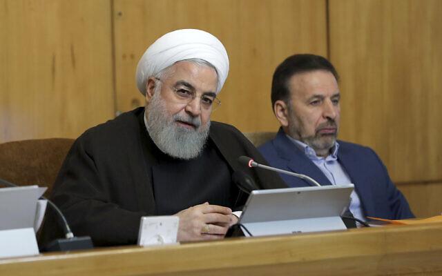 الرئيس الإيراني حسن روحاني يتحدث خلال اجتماع لمجلس الوزراء، بينما يجلس مدير مكتبه محمود واعظي على اليمين، في طهران، إيران، 10 يوليو 2019 (Iran Presidency Office via AP)