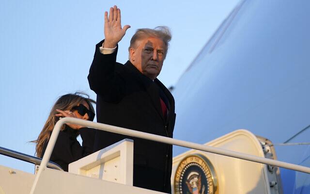 الرئيس الأمريكي دونالد ترامب يلوح وهو يصعد على متن طائرة الرئاسة في قاعدة أندروز الجوية بولاية ماريلاند، 23 ديسمبر 2020 (Patrick Semansky / AP)