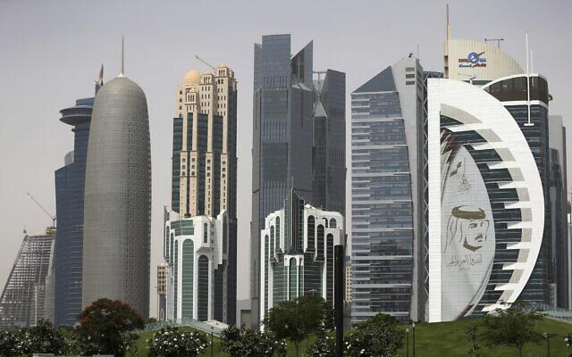 صورة عملاقة لأمير قطر الشيخ تميم بن حمد آل ثاني على برج في الدوحة، قطر، 5 مايو 2018 (Kamran Jebreili / AP)