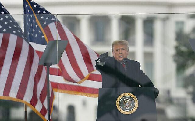 الرئيس الأمريكي دونالد ترامب يخاطب أنصاره خلال مسيرة احتجاجية على مصادقة الكونغرس على فوز جو بايدن بالانتخابات الرئاسية، 6 يناير 2021، في واشنطن. (صورة AP / Evan Vucci)