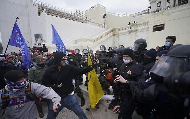 أنصار ترامب يحاولون اختراق حاجز للشرطة في مبنى الكابيتول بواشنطن، 6 يناير 2021 (AP Photo / Julio Cortez)