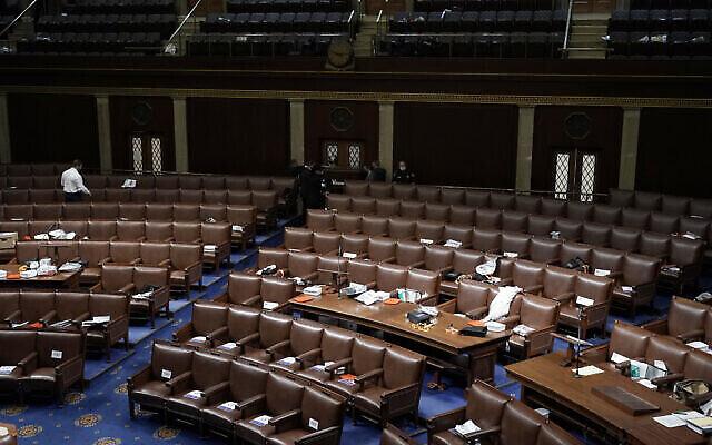 أوراق وكمامات غاز متروكة بعد مغادرة أعضاء مجلس النواب غرفة مجلس النواب بينما يحاول متظاهرون اقتحام الغرفة في مبنى الكابيتول الأمريكي، 6 يناير 2021 (AP Photo / J. Scott Applewhite)