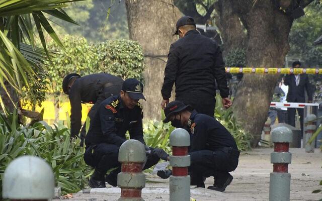 جنود من الحرس الوطني يتفقدون موقع انفجار بالقرب من السفارة الإسرائيلية في نيودلهي، الهند، 30 يناير 2021 (AP Photo / Dinesh Joshi)