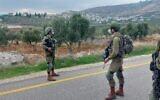 صورة توضيحية: جنود إسرائيليون يقفون على طريق في وسط الضفة الغربية حيث تم العثور على عبوتين ناسفتين، 22 نوفمبر 2020 (Israel Defense Forces)
