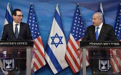 رئيس الوزراء بنيامين نتنياهو (يمين) يخاطب وسائل الإعلام إلى جانب وزير الخزانة الأمريكي ستيفن منوتشين في القدس، 7 يناير 2021 (GPO)