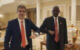 وزير المخابرات الإسرائيلي إيلي كوهين (يسار) يلتقي بوزير الدفاع السوداني ياسين إبراهيم في الخرطوم، 25 يناير 2021 (Courtesy)