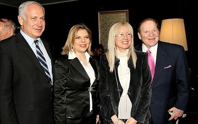 الملياردير الأمريكي شيلدون أديلسون (إلى اليمين) وزوجته ميريام يلتقيان برئيس المعارضة آنذاك بنيامين نتنياهو وزوجته سارة نتنياهو في المؤتمر الرئاسي الإسرائيلي في القدس، 13 مايو، 2008. (Anna Kaplan /Flash90/File)