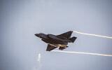 توضيحية: طائرات مقاتلة من طراز F-35 خلال حفل تخرج الطيارين الذين أتموا دورة طيران في سلاح الجوي الإسرائيلي، في قاعدة حتسريم الجوية في صحراء النقب، 26 ديسمبر، 2018. (Aharon Krohn / Flash90)
