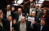 أعضاء القائمة المشتركة خلال التصويت على مشروع قانون لحل البرلمان، في الكنيست بالقدس، 12 ديسمبر، 2019. (Olivier Fitoussi/Flash90)