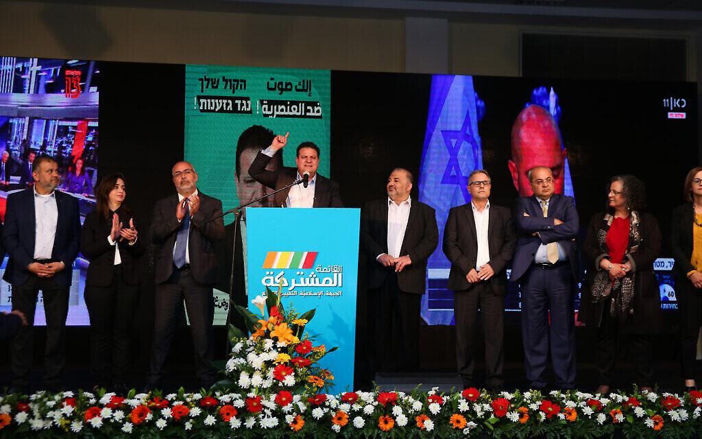 أعضاء القائمة المشتركة في مقر الحزب  في مدينة شفاعمرو العربية، خلال انتخابات الكنيست، 2 مارس ، 2020.(David Cohen/Flash90)