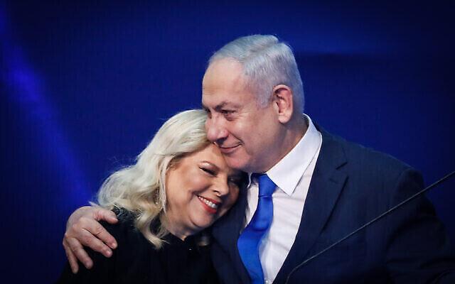 رئيس الوزراء بنيامين نتنياهو وزوجته سارة يخاطبان أنصارهما ليلة الانتخابات الإسرائيلية، في مقر حزب الليكود في تل أبيب، 3 مارس، 2020. (Olivier Fitoussi / Flash90)