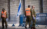 جنود قيادة الجبهة الداخلية والشرطة في فندق دان بانوراما بالقدس، المستخدم كمنشأة للحجر الصحي، 10 مايو 2020 (Yonatan Sindel / Flash90)