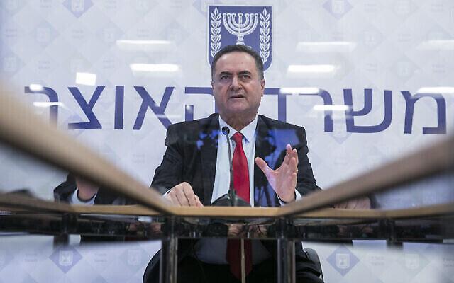 وزير المالية يسرائيل كاتس يعقد مؤتمرا صحفيا في وزارة المالية في القدس، 1 يوليو، 2020. (Olivier Fitoussi / Flash90)