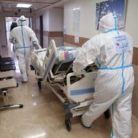 مريض جديد يصل الى قسم كورونا في المركز الطبي زيف في مدينة صفد بشمال البلاد، 7 يناير، 2020. (Cohen / Flash90)