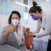 أعضاء الطاقم الطبي في شيبا يتلقون الجرعة الثانية من لقاح كوفيد-19، في مركز شيبا الطبي بضواحي تل أبيب، 10 يناير، 2021. (Miriam Alster / Flash90)
