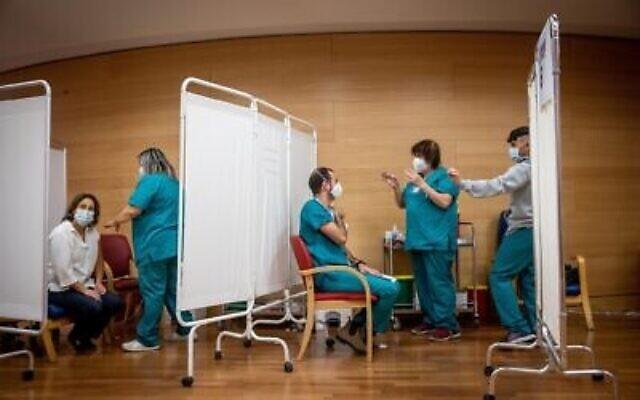 موظفو مركز هداسا الطبي يتلقون الجرعة الثانية من لقاح كوفيد-19 في المركز الطبي هداسا في القدس، 11 يناير، 2021. (Yonatan Sindel / Flash90