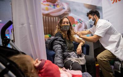 عاملة في مجال التربية والتعليم تتلقى لقاح كوفيد -19 في مركز تطعيم بالقدس، 13 يناير، 2021. (Yonatan Sindel / Flash90)