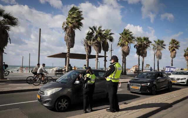 الشرطة عند حاجز مؤقت على كورنيش الشاطئ في تل أبيب، خلال إغلاق على مستوى البلاد، 16 يناير 2021 (Nati Shohat / Flash90)
