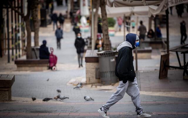 اشخاص يمشون وسط مدينة القدس، 17 يناير 2021 (Yonatan Sindel / Flash90)