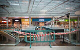 متاجر مغلقة في مركز التسوق بمدينة غفعاتييم خلال إغلاق عام، 18 يناير،  2021. (Miriam Alster/Flash90)