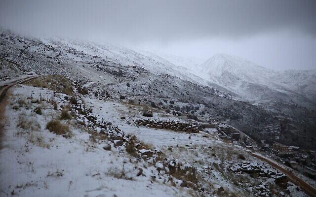 الثلوج تغطي المنطقة المحيطة ببلدة مجدل شمس بالجولان، 19 يناير، 2021.(Maor Kinsbursky/FLASH90)