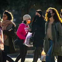 مقدسيون يسيرون في وسط مدينة القدس في 21 يناير 2021، خلال إغلاق ثالث تم فرضه بسبب جائحة فيروس كورونا. (Olivier Fitoussi / Flash90)