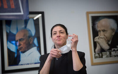 عضو الكنيست عن حزب العمل، ميراف ميخائيلي، تدلي بصوتها لاختيار رئيس للحزب في محطة اقتراح في تل أبيب، 24 يناير، 2021. (Miriam Alster/ Flash90)