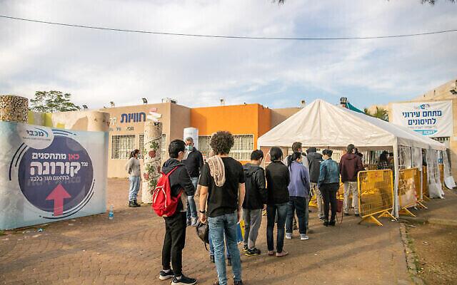 إسرائيليون يقفون في طابور للحصول على لقاحات كوفيد-19 في مركز صحي في رحوفوت، وسط إسرائيل، 26 يناير، 2021. (Yossi Aloni / Flash90)