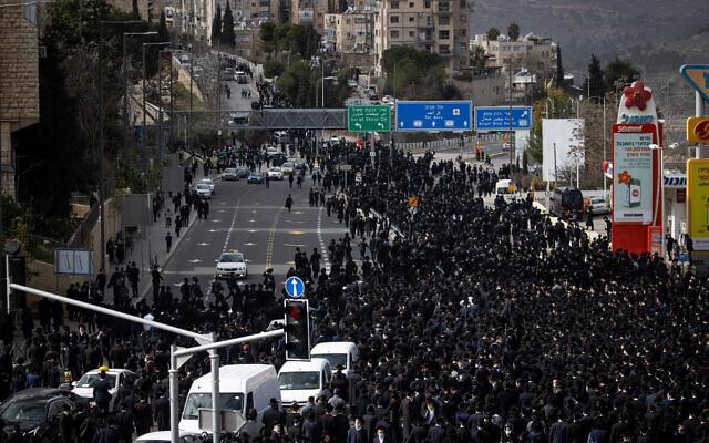 رجال يهود متشددين يحضرون جنازة الحاخام مشولام دوفيد سولوفيتشيك في القدس، 31 يناير 2021 (Yonatan Sindel / Flash90)