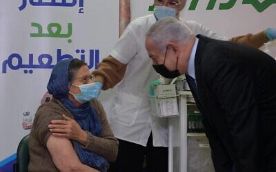 رئيس الوزراء بنيامين نتنياهو يزور مركز تطعيم في الطيرة، 31 ديسمبر، 2020. (Amos Ben Gershom / GPO)