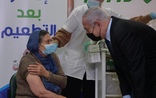 رئيس الوزراء بنيامين نتنياهو يزور مركز تطعيم في الطيرة، 31 ديسمبر 2020 (Amos Ben Gershom / GPO)