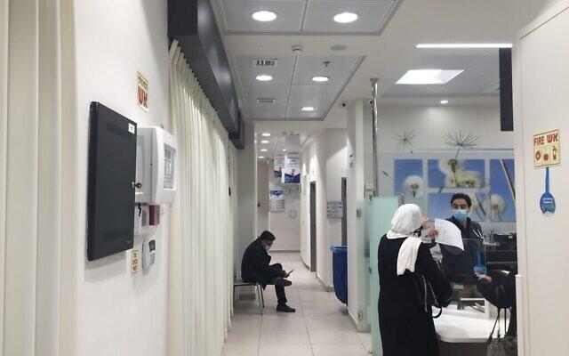 مركز تطعيم كورونا شبه خال في بيت حنينا بالقدس الشرقية، 5 يناير، 2021. (Aaron Boxerman/The Times of Israel)