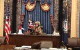 جاكوب تشانسلي المعروف أيضا باسم جيك أنجيلي يجلس في مقعد نائب الرئيس مايك بنس في مجلس الشيوخ في 6 يناير 2021 قبل أن يترك رسالة تهديد له. (Screencapture/ YouTube)