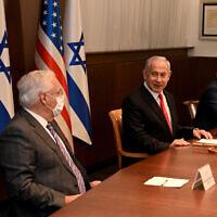 السفير الأمريكي لدى إسرائيل ديفيد فريدمان، الثاني من اليسار، يشارك في الجلسة الأسبوعية للحكومة في مكتب رئيس الوزراء في القدس، 17 يناير 2021 (Maty Stern/US Embassy Jerusalem)