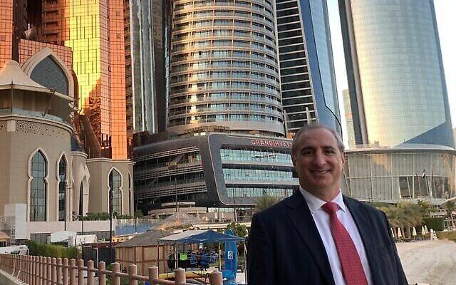 إيتان نائيه ، أول سفير لإسرائيل لدى الإمارات، بعد وصوله إلى أبو ظبي في 24 يناير 2021. (Foreign Ministry, courtesy)