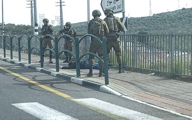 جنود إسرائيليون يحاصرون فلسطينيا يشتبه في محاولته طعنهم في شمال الضفة الغربية، 26 يناير 2021 (Screen capture)
