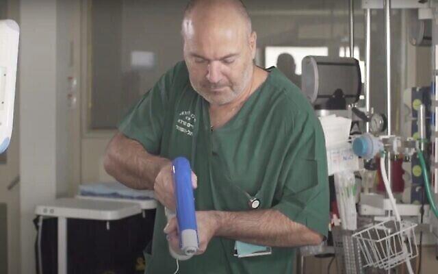 لقطة شاشة من مقطع فيديو لطبيب يستخدم نظام Spincare بالرش لعلاج جروح المريض. . (YouTube)