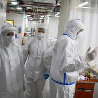 الطاقم الطبي في جناح فيروس كورونا في مركز زيف الطبي في مدينة صفد الشمالية، 27 يناير 2021 (David Cohen / Flash90)