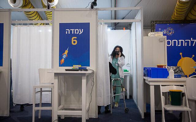 مركز تطعيم تديره بلدية تل أبيب مع المركز الطبي سوراسكي (مستشفى إيخيلوف) بتل أبيب، في ميدان رابين في تل أبيب، 19 يناير، 2021. (Miriam Alster / Flash90)