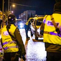الشرطة عند حاجز مؤقت خلال إغلاق ثالث فرضته إسرائيل الثالث بسبب فيروس كورونا، القدس، 29 ديسمبر، 2020. (Olivier Fitoussi / Flash90)