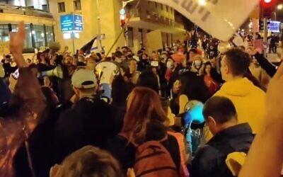 متظاهرون ضد رئيس الوزراء بنيامين نتنياهو في القدس، 9 يناير، 2021.  (video screenshot)