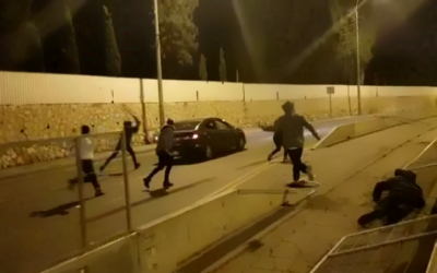 متظاهرون يهاجمون مركبة فلسطينية في القدس خلال مظاهرة في الساعات الأولى من يوم 1 يناير، 2021. (Screenshot: Twitter)