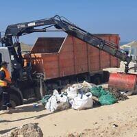 وزارة حماية البيئة تزيل القطران من شواطئ إسرائيل بعد تسرب كبير تسبب في تلوث الساحل، 24 فبراير 2021 (Environmental Protection Ministry)