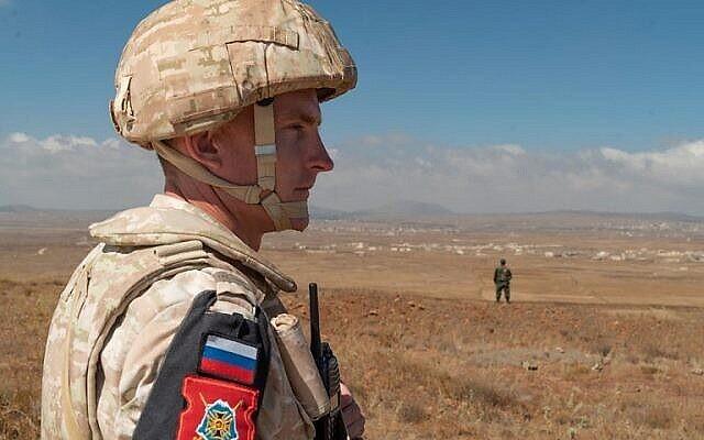 توضيحية: عنصر من دوريات الشرطة العسكرية الروسية بالقرب من قرية تل كروم في هضبة الجولان، 14 أغسطس، 2018. (AFP PHOTO / Andrey BORODULIN)