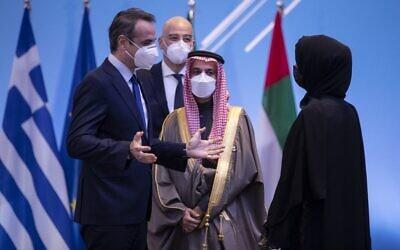 رئيس الوزراء اليوناني كيرياكوس ميتسوتاكيس (يسار)، يتحدث مع ريم إبراهيم الهاشمي، وزيرة الدولة الإماراتية للتعاون الدولي (يمين) ووزير الخارجية السعودي الأمير فيصل بن فرحان آل سعود (وسط)، في أثينا، خلال منتدى فيليا ( منتدى الصداقة)، 11 فبراير 2021 (PETROS GIANNAKOURIS / POOL / AFP)