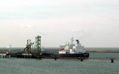 ناقلة النفط الخام منيرفا هيلين ، في محطة النفط في دونكيرك ، فرنسا. (Remi Jouan, CC BY-SA 3.0, Wikimedia Commons)